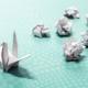 Origami-Kranich mit vielen zerknüllten Entwürfen